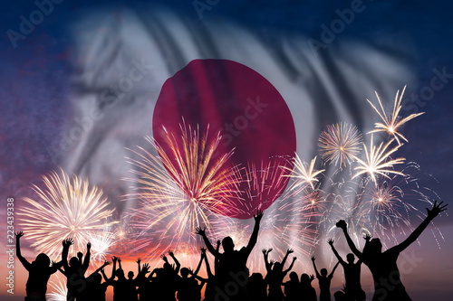 Fotografia  People are looking on fireworks and flag of Japan