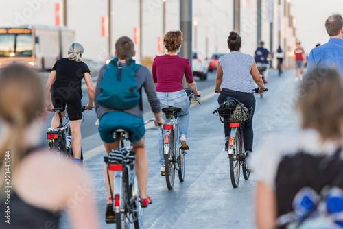 Bonn – Radfahrer, Jogger und Fußgänger auf der Kennedybrücke