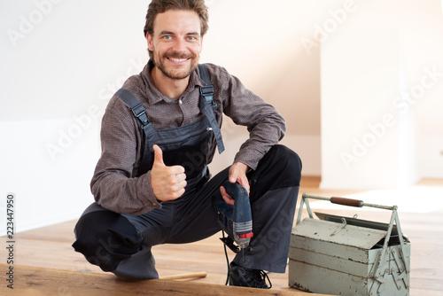 Obraz Handwerker positiv bei der Arbeit  - fototapety do salonu