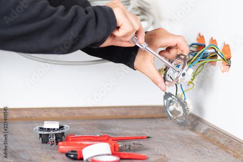 Elektriker bei der Arbeit an einer Steckdose Canvas Print
