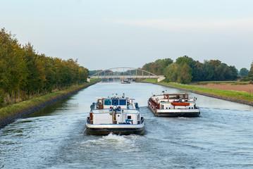 Binnenschiffe überholen sich auf dem Schleusenkanal der Weser bei Balge
