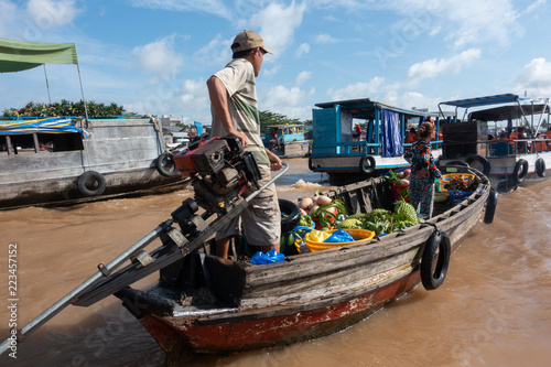 Foto  Unidentified people buy and sell on boat, ship in Cai Rang floating market at Mekong River