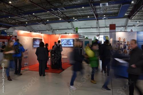 Fotomural Fachmesse mit verschiedenen Ständen