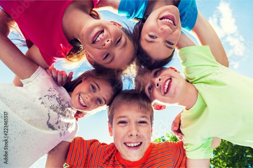 Fotografia  Group of children standing in circle and