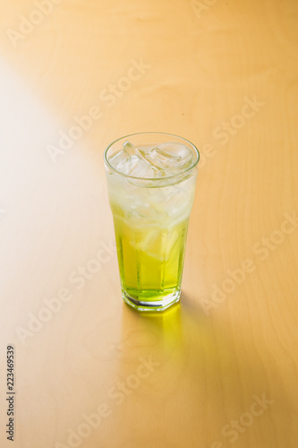 Photo limeade on wooden table