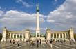 Der Heldenplatz in Budapest, der Hauptstadt von Ungarn im späten Nachmittagslicht mit Touristengruppen im Vordergrund