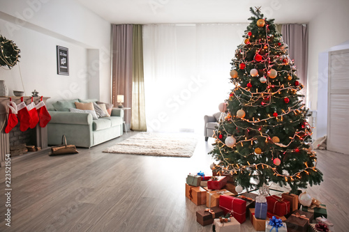 Beautiful decorated Christmas tree in cozy living room ...