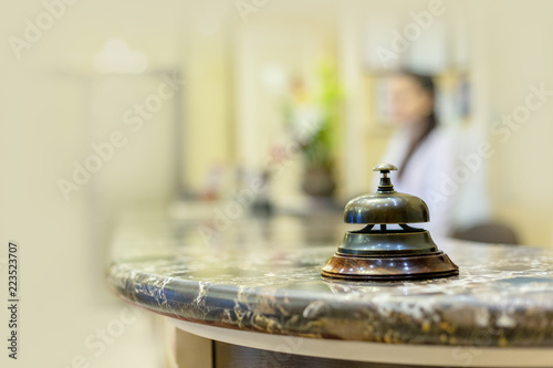Plakat biurko z dzwonkiem