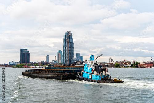 Fotografia Tugboat pushing barge in New York City