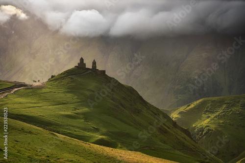 wschod-slonca-przy-gergeti-trinity-church-z-promieniami-slonca-z-gory-kazbegi-w-gruzji