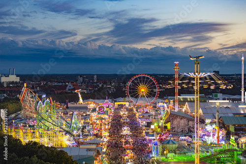 Fotoposter Amusementspark Oktoberfest in der Abenddämmerung von oben