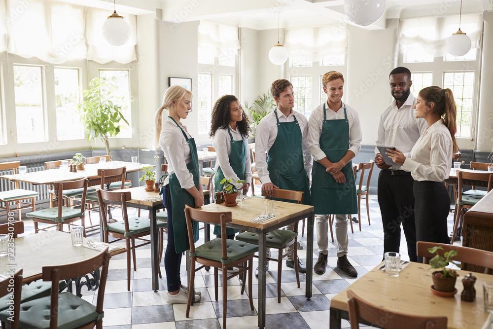 Fotografia Staff Attending Team Meeting In Empty Dining Room