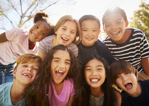 Fotomural Multi-ethnic group of schoolchildren on school trip, smiling