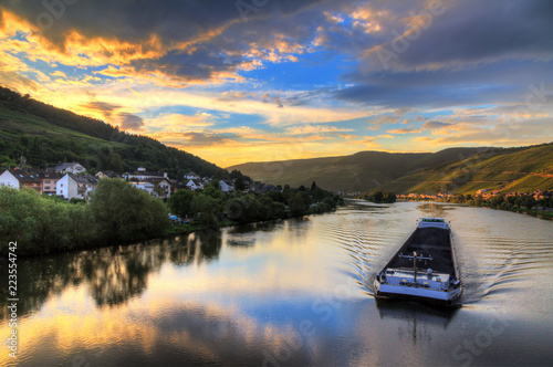 Beautiful vibrant sunset view of the river Moselle at the small wine growing tow Fototapet