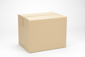 Caja de cartón sobre fondo blanco