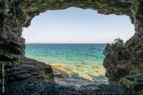 Tuinposter Kust Landscape view from a cave at Bruce Peninsula shoreline at Cyprus Lake National Park coast line