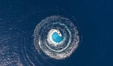 Luftaufnahme über Ein Im Kreis Fahrendes Boot, Was Runde Schaumwellen Produziert