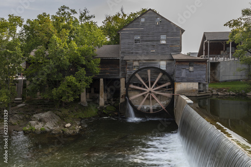 Old Grist Mill with Water Wheel and Dam Fototapet