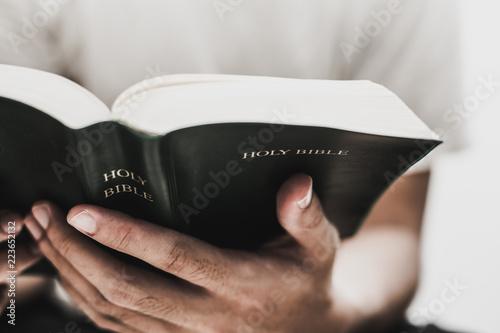 Fotografia Reading Holy Bible