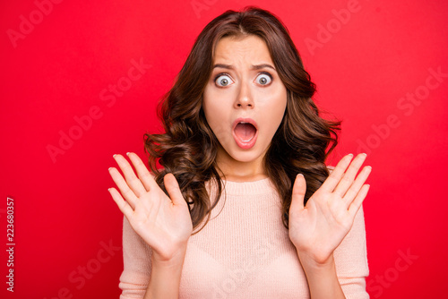 Photo  Horror, fear concept. Close up portrait of dumbfounded woman wit