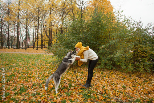 Keuken foto achterwand Begraafplaats Woman and pet husky outdoors. Dog training