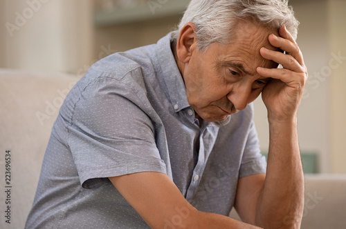 Photo Depressed senior man at home