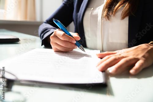 Fotografía  Businesswoman Filling Contract Form