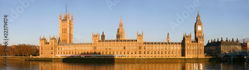 Fotomural Panoramic view of the river Thames embankment with famous landmarks Big Ben, Houses of Parliament with beautiful blue sky in the morning