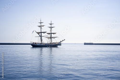 Fotografia Outward bound sailing ship in the outer harbor of Heligoland