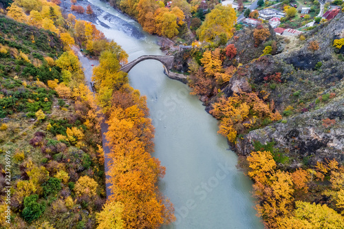 Foto op Plexiglas Herfst Aerial view of Konitsa old bridge and Aoos River an autumn day, Greece.