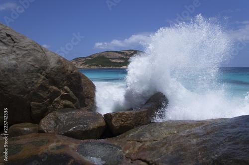 Wall Murals Cappuccino Splash : crash de vague sur un rocher en Australie