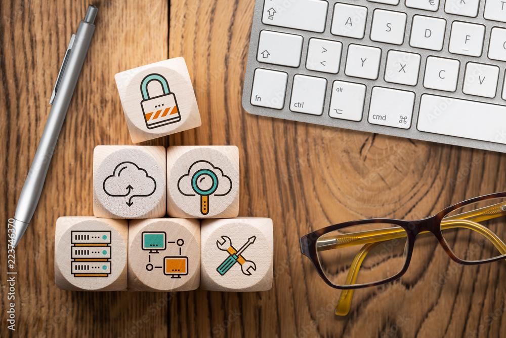 Fototapeta Symbole für Cloud Services auf Würfeln am Arbeitsplatz