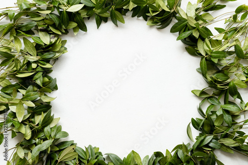 Photo periwinkle leaves wreath on white background