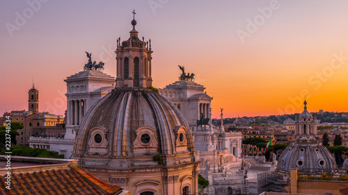 Valokuva Beautiful sunset in Rome in orange, pink, purple and purple colors – a view of t