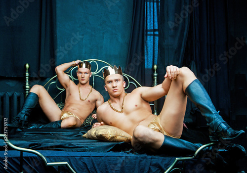 Fényképezés  muscular men   in bed with black linen