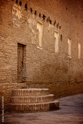 In de dag Oude gebouw Stairs leading to a doorway in a brick building in the Ichon Kala old city of Khiva in northern Uzbekistan