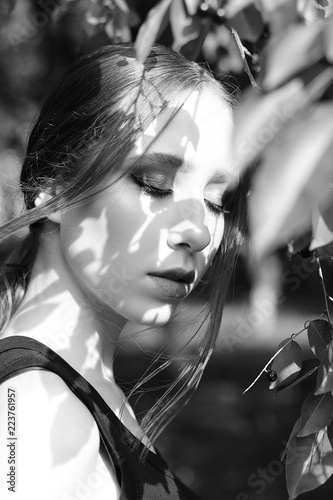 Fotografía  Stylish black and white portrait of a young beautiful girl on the street