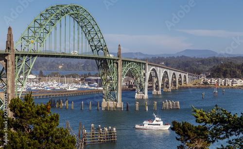 Fotomural Yaquina Bay Bridge on sunny summer day, Newport, Oregon Coast, Oregon USA