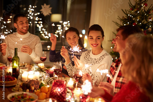 Fotografía  winter holidays and people concept - happy friends with sparklers celebrating ch
