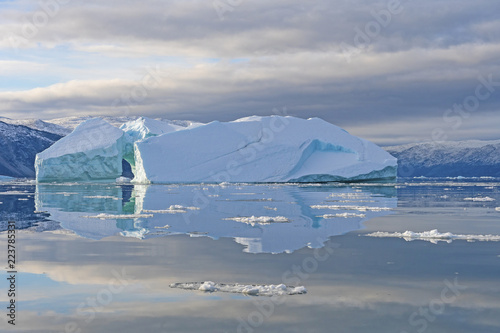 Foto op Canvas Poolcirkel Calm Reflections in the Arctic