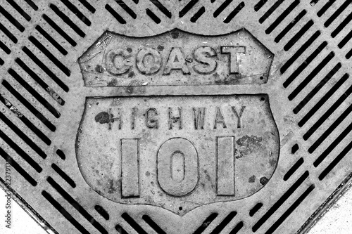 Photo  Retro old vintage coast highway 101 grate close-up in black and white