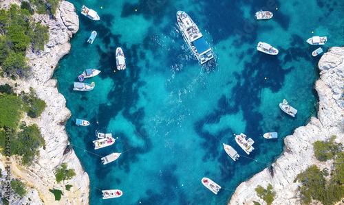 jachty-nad-morzem-we-francji-widok-z-lotu-ptaka-luksusowa-splawowa-lodz-na-przejrzystej-turkus-wodzie-przy-slonecznym-dniem-letni-krajobraz-z-powietrza-widok-z-gory-z-drona-seascape-z-motorowka-w-zatoce