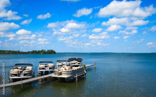 Cuadros en Lienzo Boat dock with raised pontoons on beautiful lake in northern Minnesota with blue