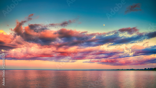 Photo  Beautiful Sunset Clouds over horizon of Lake Superior
