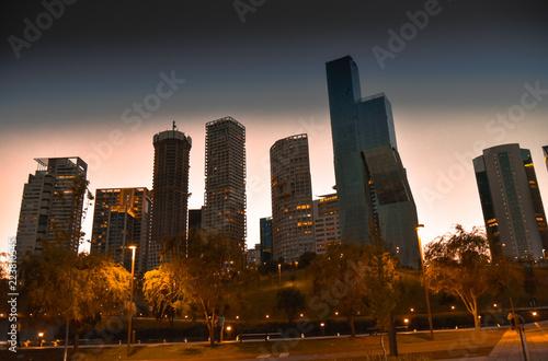 Fototapeta premium Wieżowiec o zachodzie słońca Santa Fe Mexico City