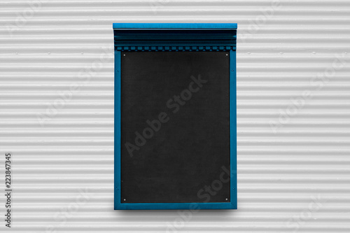 Foto  An empty slate on a corrugated metal surface