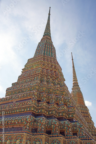 Foto  Impressive part of a typical buddhist temple in Bangkok, Thailand