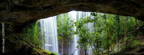 Foto  Panoramic beautiful deep forest waterfall in Thailand.