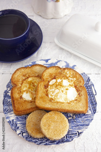 Photo  A Classic Meal Eggs Fried in the Center of Toast for Breakfast