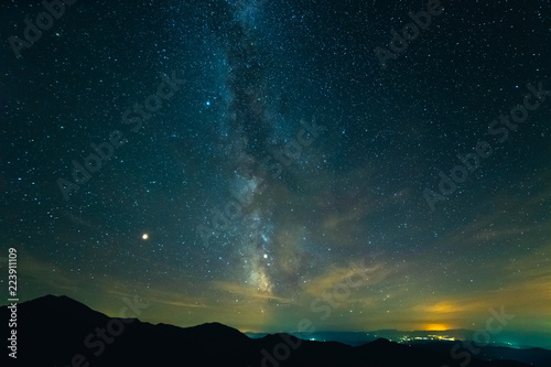 Photo  The picturesque starry sky above mountains